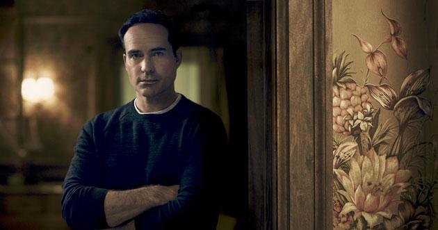 Jason Patric er hentet inn i rollen som byens nye beboer, Dr Theo Yedlin. Foto: FOX.